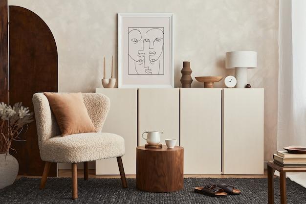 Composizione elegante di un accogliente design d'interni per soggiorno con cornice per poster mock up, soffice poltrona, paravento, tavolino da caffè, comò e accessori personali. stile moderno. modello.