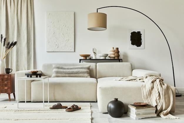 Composizione elegante di un accogliente design d'interni per soggiorno con cornice per poster finta e pittura della struttura, divano ad angolo, tavolino da caffè, tessuti e accessori personali. stile classico scandinavo.