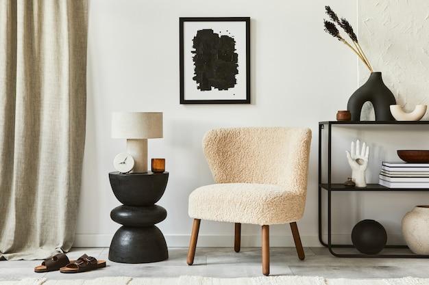 Composizione elegante di interni accoglienti del soggiorno con cornice per poster finta, poltrona soffice, tavolino da caffè, comò e accessori personali. stile classico moderno. modello.
