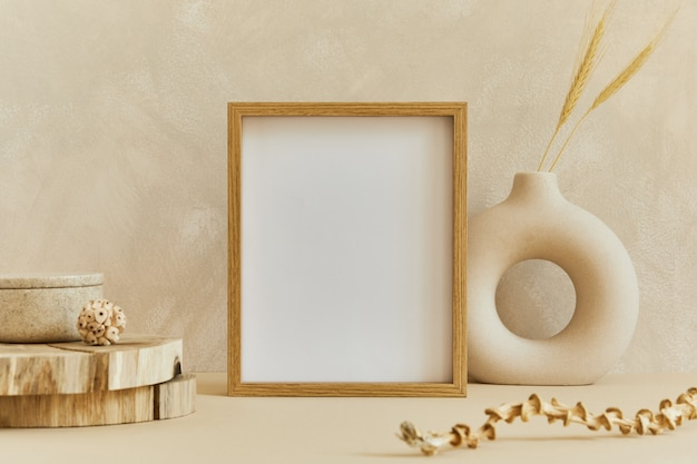 Composizione elegante di un accogliente design d'interni minimalista con cornice per poster mock up, materiali naturali come legno e marmo, piante secche e accessori personali. colori beige neutri, modello.