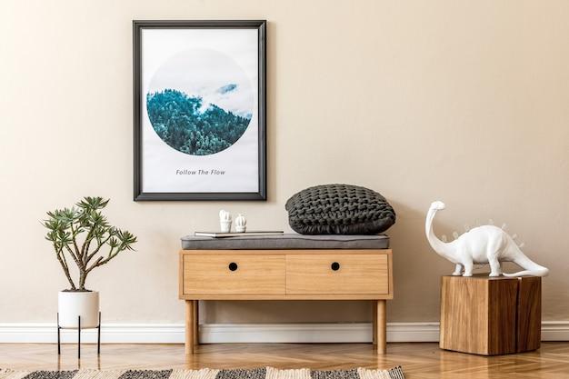 Composizione elegante di interni accoglienti e moderni per la sala o il soggiorno con cornice per poster mock up comò in legno pianta a quadri e accessori boho pareti beige modello di pavimento in parquet