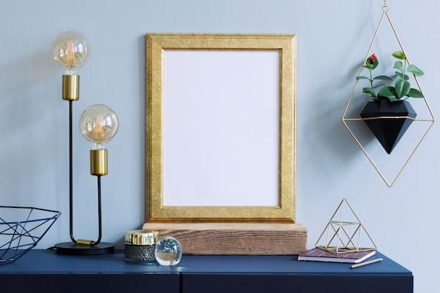 Composizione elegante di interni domestici creativi hipster con cornice per poster, piante in vasi di design e accessori geomertic