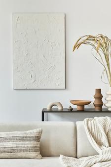 Composizione elegante di interior design creativo del soggiorno con pittura di struttura finta, divano ad angolo, tavolino da caffè, tessuti e accessori personali. stile classico scandinavo. modello,