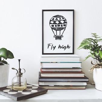 Composizione elegante dell'interno del soggiorno creativo con cornice nera per poster, piante in vasi dal design hipster e accessori sullo scaffale bianco. concetto minimalista.