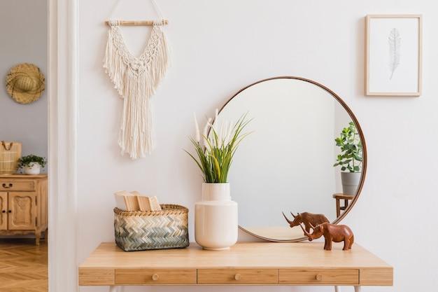 Composizione elegante di interni spaziosi e creativi del soggiorno con cornice per poster mock up, specchio, comò, piante e accessori. pareti bianche e pavimento in parquet. modello