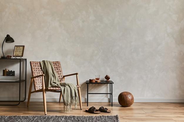 Elegante composizione di eleganti interni maschili del soggiorno con copia spazio, poltrona marrone, scaffali industriali e accessori personali. modello.