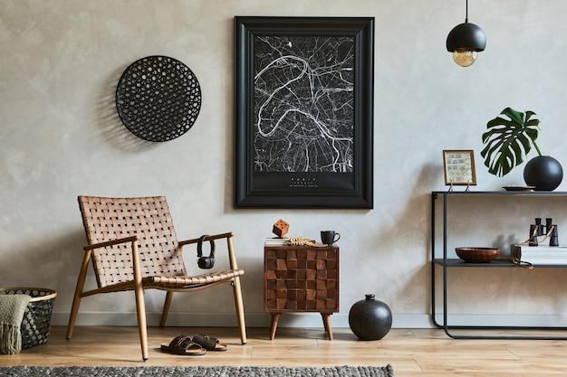 Elegante composizione di eleganti interni maschili del soggiorno con cornice per poster finta, poltrona marrone, scaffale geometrico industriale e accessori personali. modello.