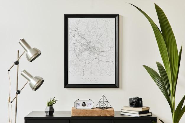 Elegante composizione dell'interno del soggiorno con comò nero di design, molte piante, mappa poster mock up, decorazione, lampada d'argento ed eleganti accessori personali. modello. arredamento moderno per la casa.