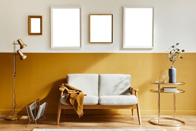 Composizione elegante dell'interno del soggiorno con divano di design e quattro cornici per poster mock up