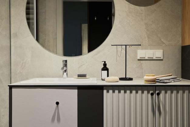 Composizione elegante delle pareti del bagno moderno con pannelli concetto maschile minimalista modello