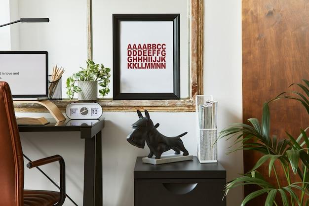 Composizione elegante dell'interno dell'area di lavoro dell'ufficio domestico moderno maschile con scrivania industriale nera, poltrona in pelle marrone, laptop e accessori personali eleganti. modello.