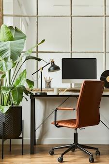 Composizione elegante dell'interno dell'area di lavoro dell'ufficio domestico moderno maschile con scrivania industriale nera, poltrona in pelle marrone, pc e accessori personali eleganti. modello.