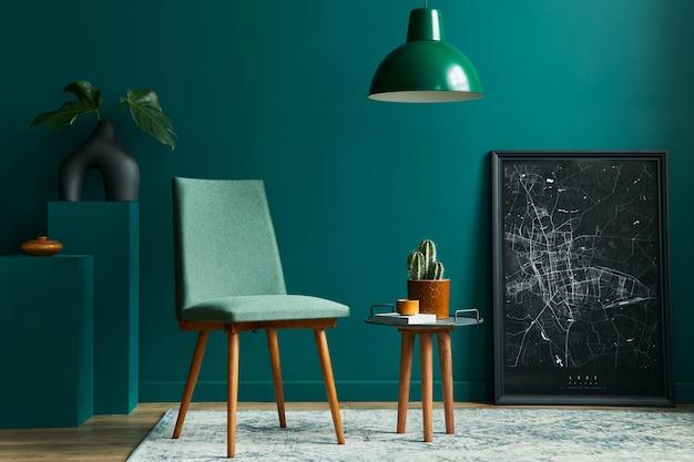 Elegante concetto di interni soggiorno con sedia di design foglia tropicale in vaso nero mock up mappa retrò tappeto decorazione cactus ed eleganti accessori personali nella moderna decorazione domestica vintage