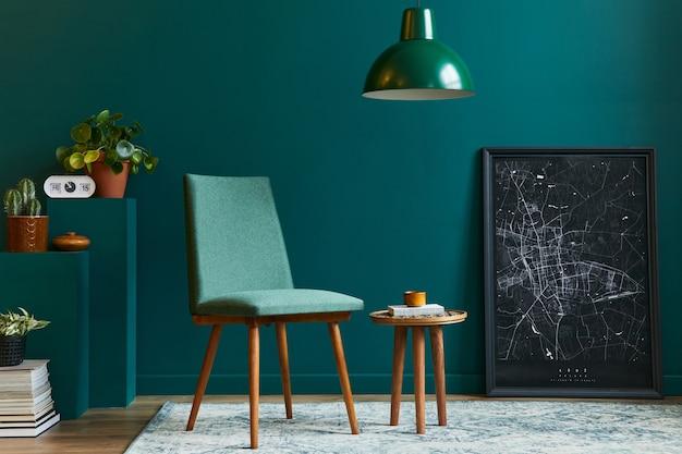 Elegante concetto di interno del soggiorno con sedia di design foglia tropicale in vaso nero poster mappa tappeto decorazione cactus ciondolo luce libro e accessori in moderno arredamento vintage per la casa