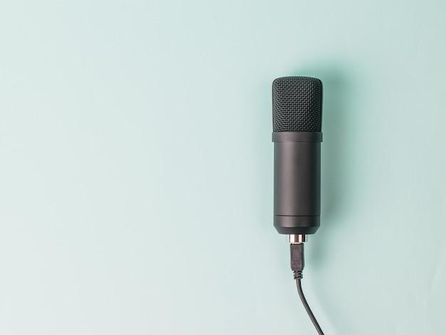 Elegante microfono a condensatore su blu