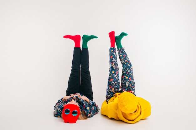 Elegante coppia di uomo e donna in abiti colorati