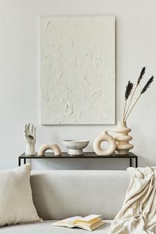 Composizione elegante e accogliente dell'interior design del soggiorno con pittura finta della struttura, divano ad angolo, tavolino da caffè, tessuti e accessori personali. stile classico scandinavo. modello,