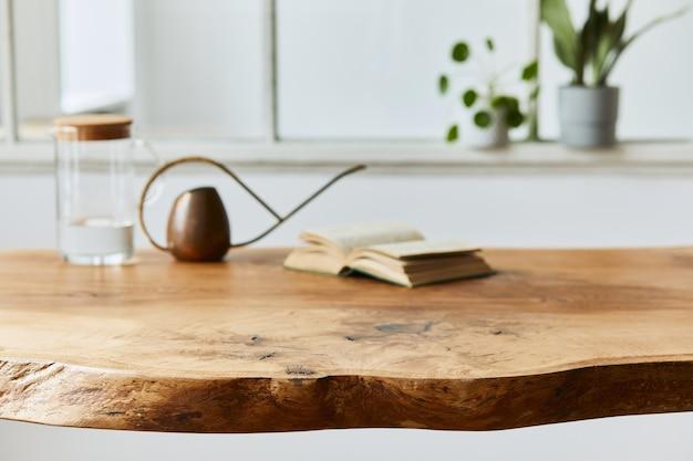 Composizione elegante e accogliente di tavolo in legno di quercia artigianale con sedie, annaffiatoio, brocca di vetro e pavimento moderno in splendidi interni di casa di design. modello.