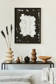 Composizione di design d'interni per soggiorno elegante e accogliente con spazio per copia, divano ad angolo, tavolino da caffè, tessuti e accessori personali. stile classico scandinavo.