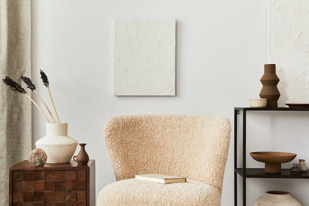 Composizione di design d'interni per soggiorno elegante e accogliente con pittura a struttura finta, poltrona soffice, tavolino da caffè, comò e accessori personali. stile classico moderno. modello.