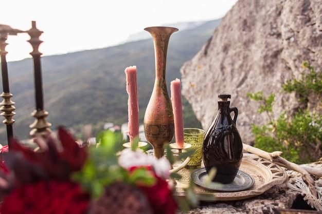 Arredamento elegante nello stile di una serata romantica boho per coppie innamorate