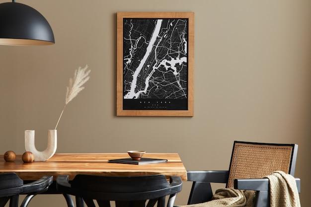 Elegante sala da pranzo interna con mock up poster mappa legno noce tavolo design sedie tazza dired fiore in vaso decorazione stoviglie ed eleganti accessori personali nel modello di arredamento per la casa