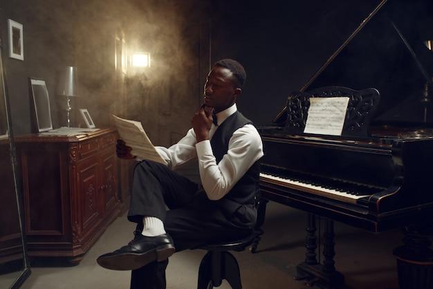 Elegante pianista a coda in ebano, performance jazz