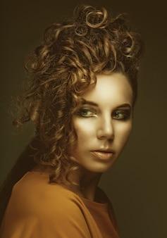 Acconciatura da donna elegante ed elegante. giovane bella donna.