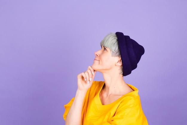 Elegante donna europea sulla parete viola