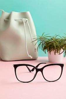 Occhiali da vista alla moda sopra esame di visione pastello presso ottico, concetto di accessori di moda