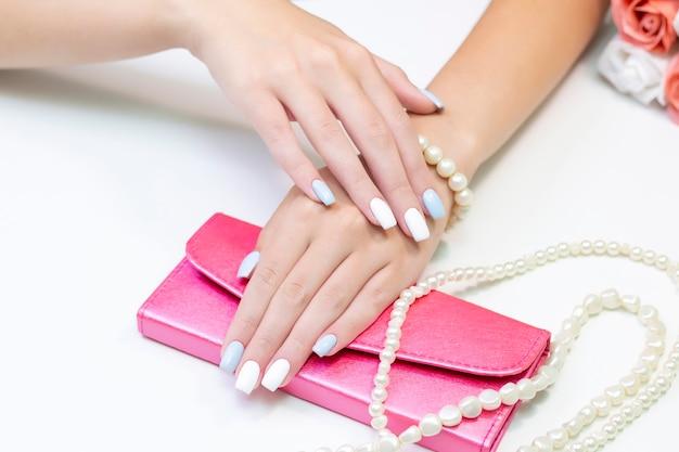 Elegante manicure femminile alla moda.