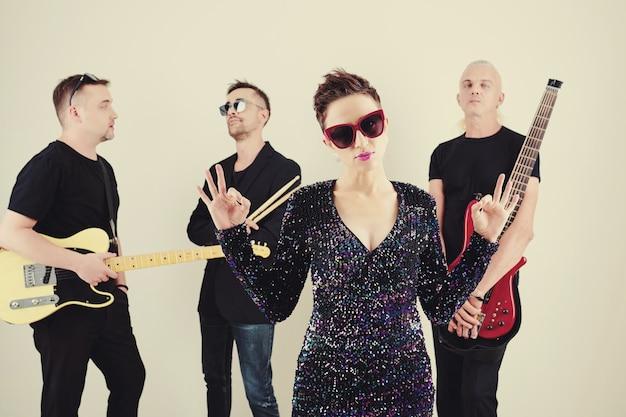 Cantante femminile alla moda in occhiali da sole