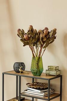 Composizione elegante e floreale di bellissimi fiori in vasi moderni sullo scaffale di design con accessori eleganti. concetto di fiore con ombre sulla parete beige. interior design. modello.