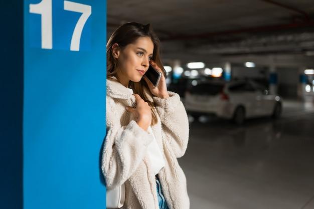 Ragazza alla moda parlando al telefono