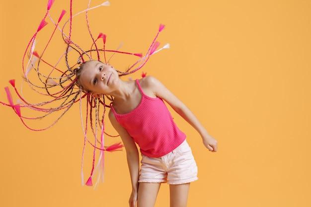 Ragazza alla moda con i dreadlocks rosa
