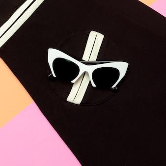 Occhiali bianchi glamour alla moda. occhiali da sole. geometria in tendenza