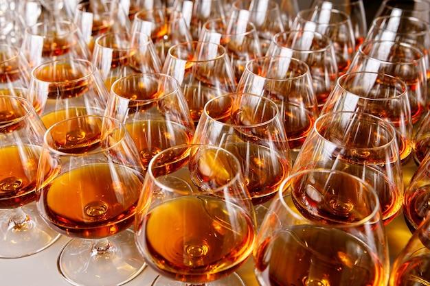 Eleganti bicchieri con cognac sul tavolo al catering di un evento