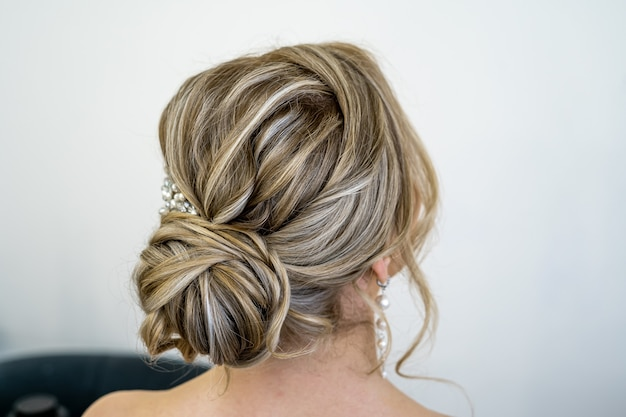 Acconciatura alla moda sulla vista posteriore della testa della sposa.