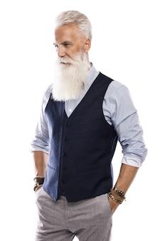 Elegante e bello modello maschio invecchiato in posa