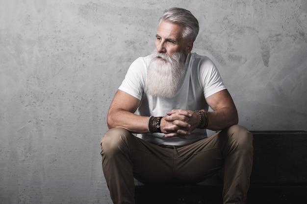 Elegante e bello uomo anziano barbuto in posa