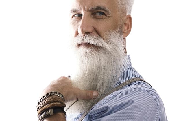 Uomo anziano barbuto elegante e bello