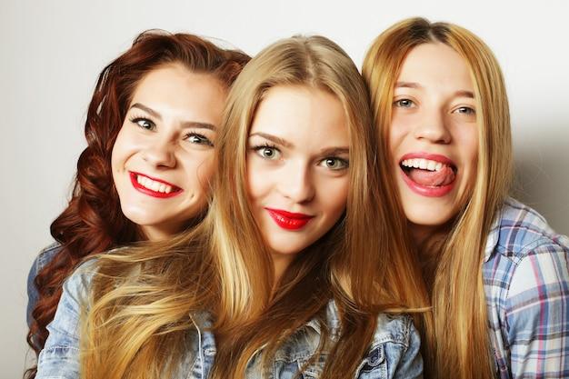 Ragazze hipster alla moda pronte per la festa Foto Premium