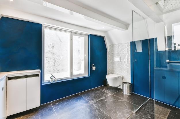 Elegante design degli interni di un bagno con pareti in marmo