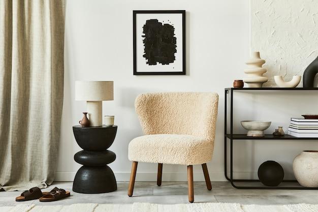 Elegante composizione di interni di un accogliente soggiorno con cornice per poster, soffice poltrona, tavolino da caffè, comò e accessori personali. stile classico moderno. modello.