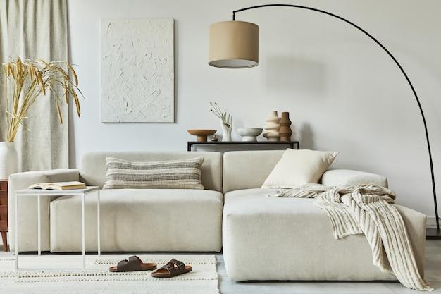 Elegante composizione di interni di un accogliente soggiorno con cornice per poster finta e pittura della struttura, divano ad angolo, tavolino da caffè, tessuti e accessori personali. stile classico scandinavo.