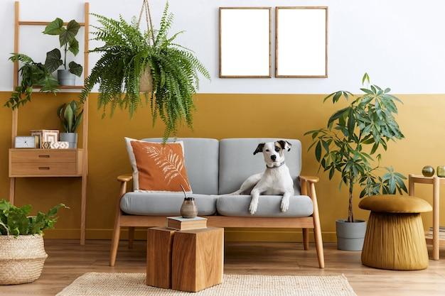 Interni eleganti del soggiorno con mobili di design e modello di cornici per poster mock up