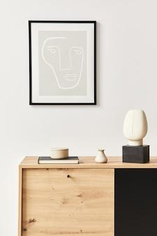 Interni eleganti del soggiorno con cornice, comò in legno, libro, vaso in ceramica ed eleganti accessori personali. concetto minimalista di arredamento per la casa.