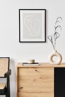 Interni eleganti del soggiorno con cornice, comò in legno, libro, foglia in vaso di ceramica ed eleganti accessori personali. concetto minimalista di arredamento..