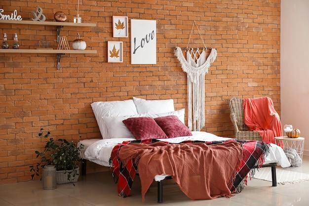 Interni eleganti della moderna camera da letto con decorazioni autunnali