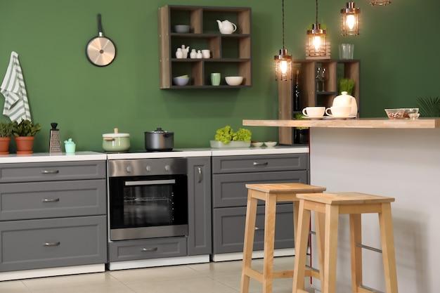 Interni eleganti della cucina moderna